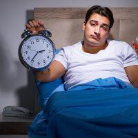 Te laat naar bed en je bent moe en hebt een slaapachterstand opgelopen