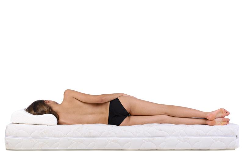Op de zijde met de armen naast het lichaam slapen