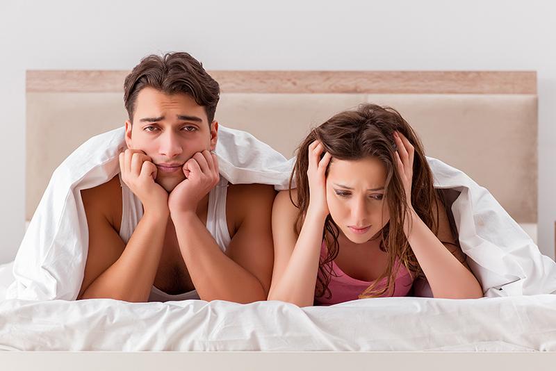 man en vrouw jong onder dekbed