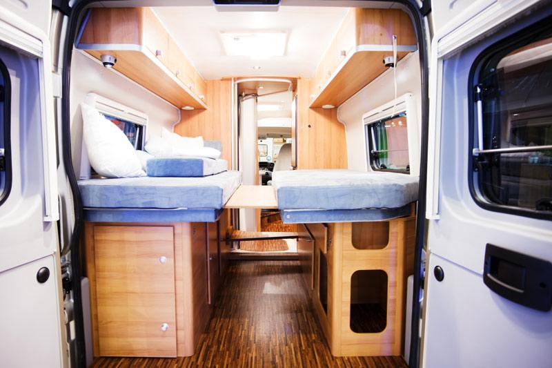 Over het algemeen worden worden matrassen voor campers en caravans en boten gemaakt van het lichte en goedkope