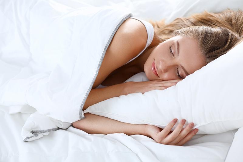 Je blijft langer jong door koel en naakt te slapen