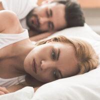 Slecht slapen door je partner is een groot probleem. Lees de tips om dit zo snel mogelijk op te lossen