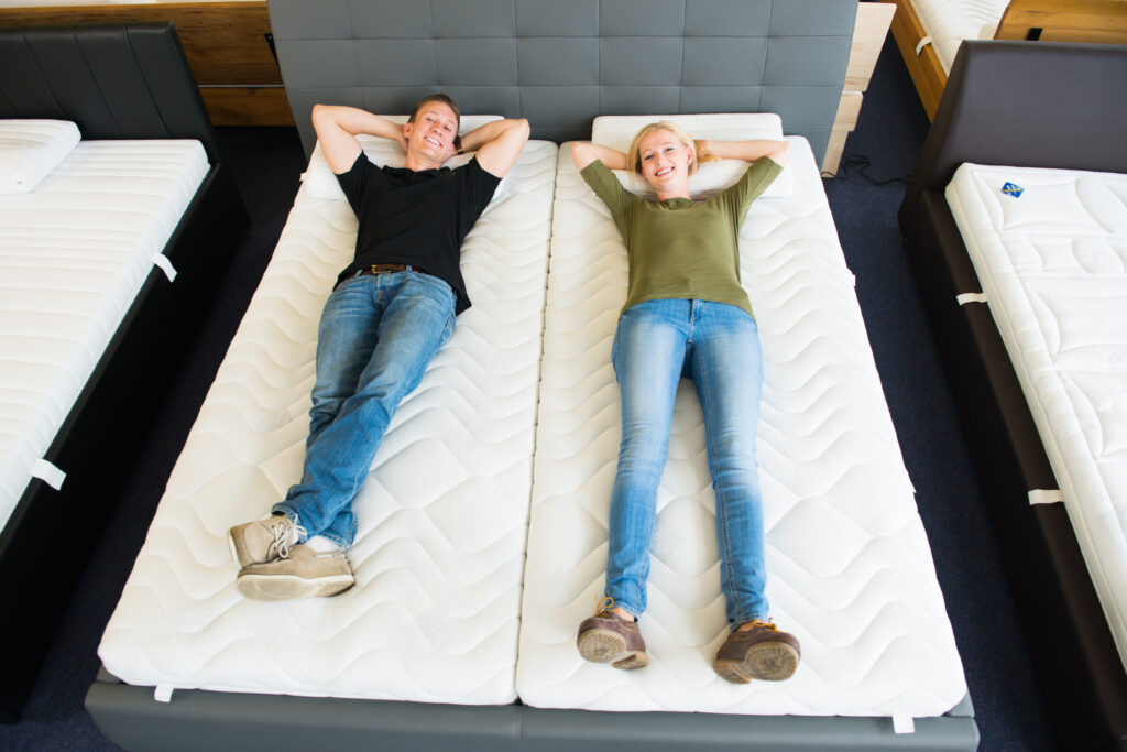 Proefslapen op matras in winkel